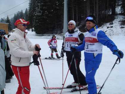"""""""Банскалията"""" Марк Жирардели, председателят на Българската федерация по ски Цеко Минев и треньорът на българските национални отбори по ски алпийски дисциплини Едуард Рахард обсъждат уменията на конкуренцията. Снимка: авторката"""