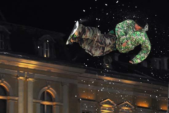 Бордист лети на фона на Националната художествена галерия в центъра на София, в състезанието за световната купа по сноуборд в събота, 22 декември. Снимка: Булфото