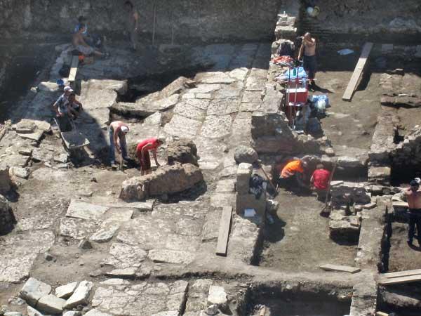 """Разкопките на кръстовището между ЦУМ и """"Булбанк"""". Вижда се плочникът на улицата в древна Сердика. Снимки: e-vestnik"""