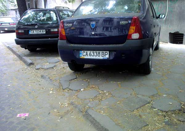 Тротоари и бордюри в София са разбити от практиката да се паркира на тротоара. Снимка: e-vestnik