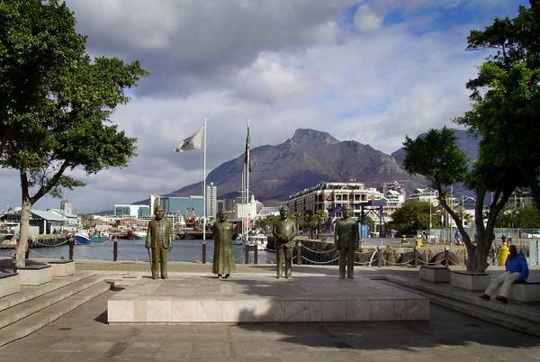 Скулптурни фигури на Нелсън Мандела и негови сподвижници от Африканския национален конгрес в морска градина, част от крайбрежния райот Уотърфронт в Кейптаун. Снимки: авторката
