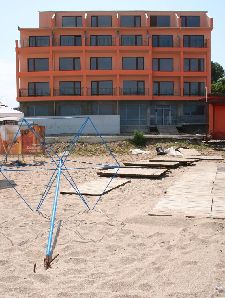 Нов хотел, изникнал в началото на плажа в Новия град в Созопол, буквално на метри от морето. Снимка: Нели Томова
