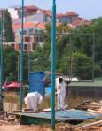 � аботници подготвят строителни материали близо до плажа в Новия град.
