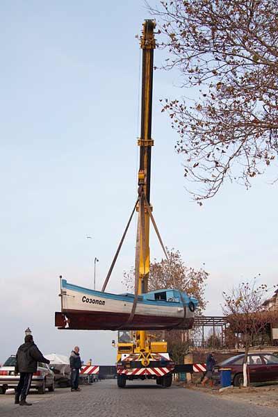 Кран повдига лодка от кея, за да бъде зазимена. Снимки: авторката