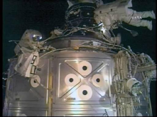 Бордовият инженер Юри Маленченко (вляво) и командирът Пеги Уитсън работят в открития космос по Международната космическа станция и нейния модул Дестини. Снимка : Ройтерс/НАСА ТВ