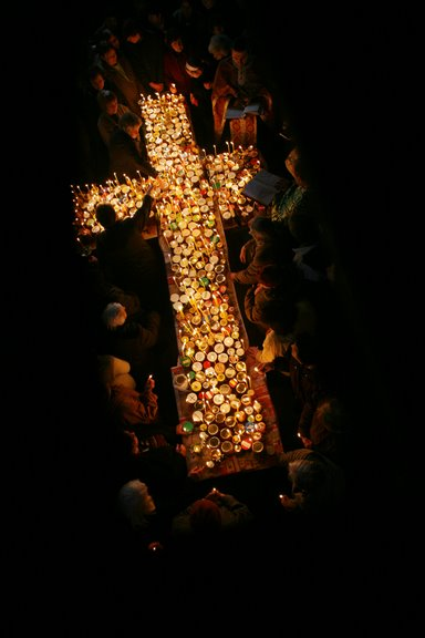 """Кръст от бурканчета с мед и свещи, направен в църквата """"Въведение Богородично"""" в Благоевград в чест на Св. Харалампий в неделя. Според легендите светията открил, че медът лекува. Снимки: Валентина Петрова"""