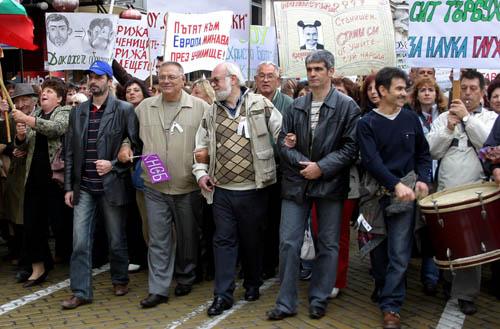 Синдикалните лидери Желязко Христов и Константин Тренчев (в средата) водят протестното шествие към парламента. Снимка: Булфото