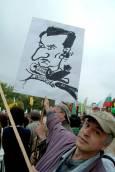 Протестиращ учител с плакат на министър Орешарски. Снимка: Булфото