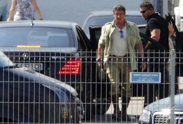 Силвестър Сталоун слиза от мерцедеса на снимачната площадка. Снимка: Impact Press Group