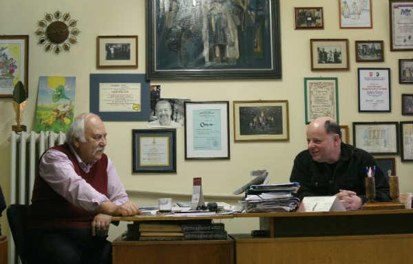 Йордан Попов (вляво) и Михаил Вешим на планьорка в редакцията. Снимки: Иван Бакалов