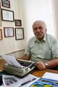 Заместник-главният редактор на вестника продължава да твори на пишеща машина.Снимки: авторката