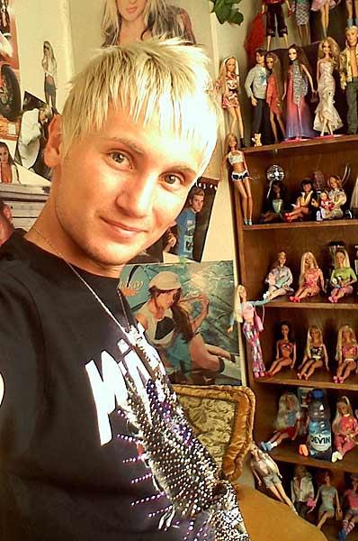 Станислав и неговите кукли. Снимка: личен архив