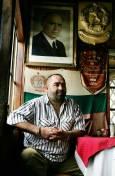 Собственикът на заведението чичо Митко, застанал под портрета на своя вдъхновител Тато. Снимки: Валентина Петрова