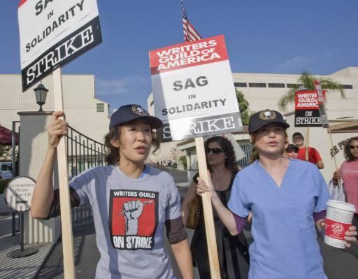"""Актрисите Сандра Оу (вляво) и Елън Помпео от сериала """"Анатомията на Грей"""" се присъединиха към стачката на сценаристите в Лос Анджелис. Снимка: Ройтерс"""
