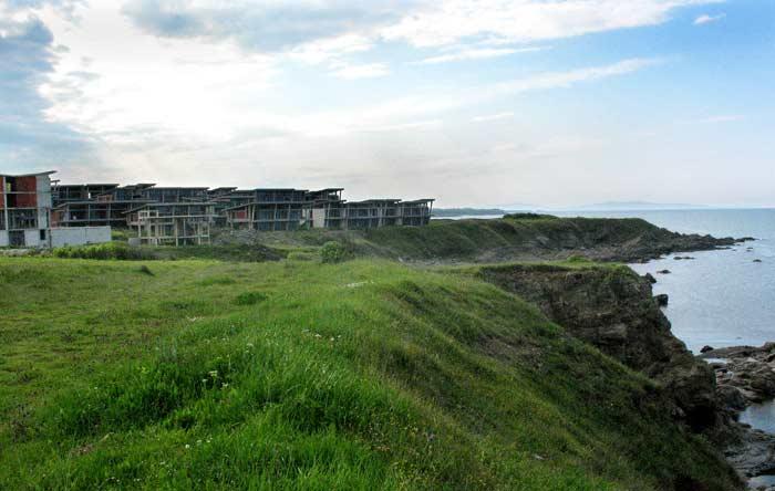 Строежът край с. Варвара, сниман на 5 май 2009 г. Той е издигнат на метри от морето, след като 10 пъти съдилищата обявяват за незаконни различни разрешителни за строеж. Накрая Върховният съд постанови комплексът да бъде разрушен. Снимки: e-vestnik