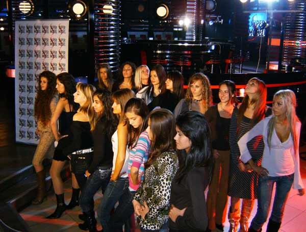 Кандидатките за Супер модели на България очакват кои 10 от 18-те дошли на кастинга в София ще продължат за следващия етап. Снимка: Авторката