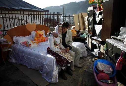 Младоженците в двора на Фикрие, превърнат преди сватбата в изложбена зала на всичко, което булката ще занесе в новия си дом. Снимка: Ройтерс