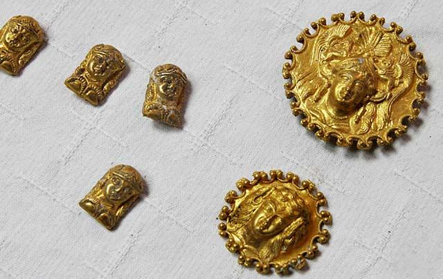 """Златните предмети, открити от археолози край село Свещари в т. нар. """"Омуртагова могила"""" в резервата Сборяново. По думите на ръководителя на археологическия екип проф. Диана Герговаоткритите златни накити и апликация към конска сбруя са уникални и датират от от края на ІV и началото на ІІІ век пр. Хр. По думите на проф. Гергова става дума за ритуално погребване на голяма находка от златни предмети. Снимка: Impact Press Group"""