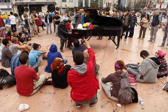 Испанският пианист Даниеле прекарва едно денонощие на пианото сред демонстрантите. Снимка: Никола Михов