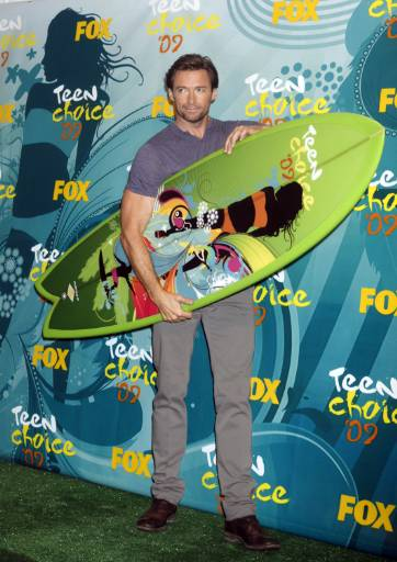 """Актьорът Хю Джакмън позира със сърф след като спечели наградата """"Най-добър екшън-приключенски актьор"""" на Наградите """"Изборът на тийнейджърите"""" (Teen Choice 2009 Awards) в Лос Анжелис, Калифорния. Снимка: Ройтерс"""