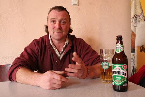 Том Дейвис пие обичайната си бира в Миндя. Снимки: авторката