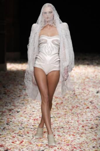 """Манекенка представя модел от колекцията висша мода пролет-лято 2009 на италианския дизайнер Рикардо Тиши за модна къща """"Живанши"""". Снимка: Ройтерс"""