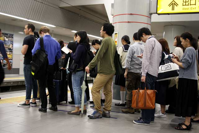 Жители на Токио чакат подредени в колона метрото. Снимки: Бистра Величкова