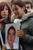 Скърбяща приятелка на Стоян Балтов, носеща неговия портрет. Снимки: Булфото