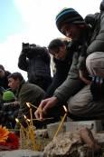 Студенти оставят свещичка на мястото, където бе намерено тялото на Стоян Балтов. Снимки: Булфото