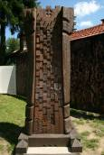 Колона, изработена от съвременни тревненски майстори в памет на прешествениците им. Снимки: авторката