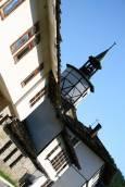 Часовниковата кула се извисява сред къщи с възрожденска архитектура. Снимки: авторката