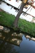 Отражение на къща в Тревненската река.Снимки: авторката