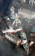 Кораби, нахвърляни от цунамито в сушата край пристанище Кесенума, префектура Мияги. Снимки: ЕПА/АП/БТА