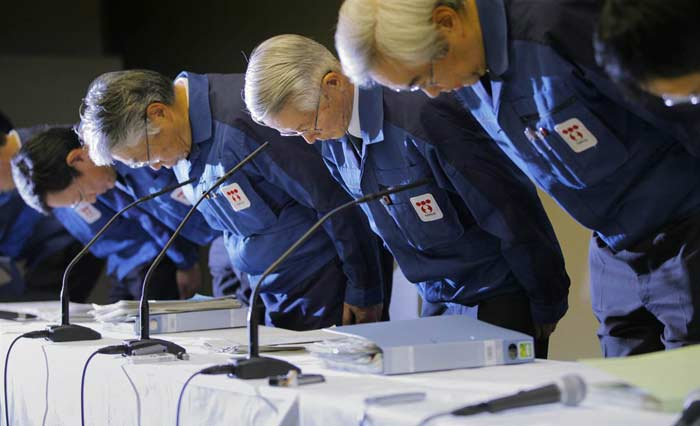 Шефовете на Токийската електрическа компания ТЕПКО се покланят преди началото на пресконференцията в техния офис. Снимка: ЕПА/АП/БТА