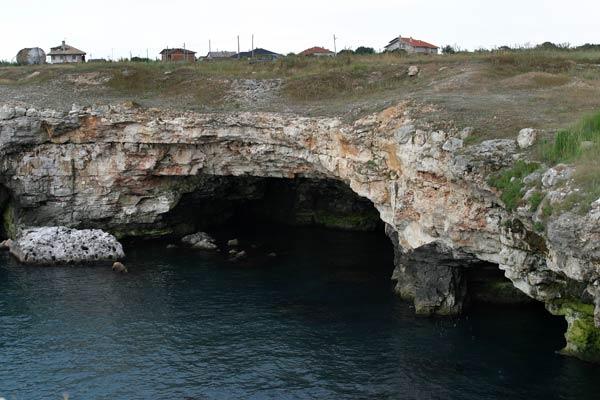 Пещерите в скалите са естествено обиталище на птиците. Но местната община разпродава земята и вили се строят по брега извън селото. Скоро няма да остане място, необитавано от хора и обиталищата на птиците ще бъдат ликвидирани. Снимка: Иван Бакалов
