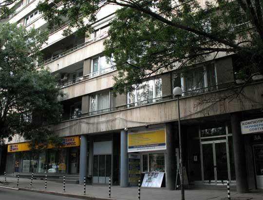 """Ул. """"Оборище"""" №1. В двата входа на тази голяма жилищна кооперация са живели няколко партийни величия и писателят Павел Вежинов. Днес тук още живеят техни наследници. Снимки: e-vestnik"""