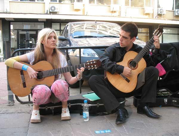 Ученици от музикалното училище в София изпълняват класическа музика.  Снимки: авторката
