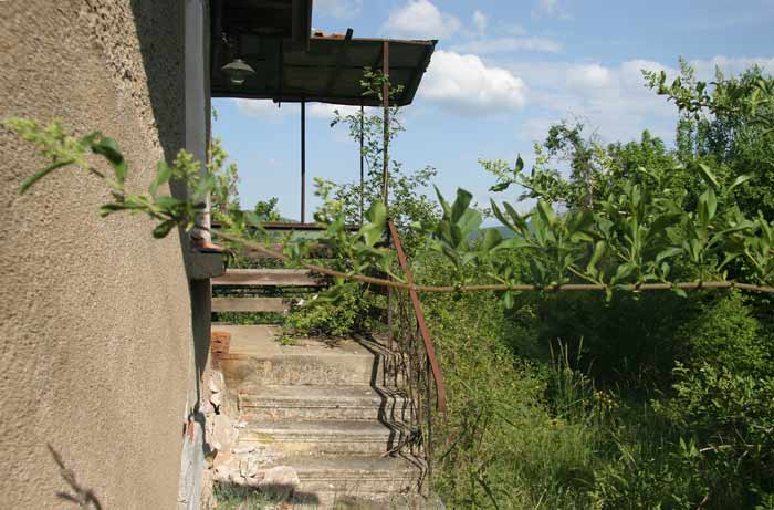 Някои от къщите са в добро състояние, но изоставени. Снимки: авторът