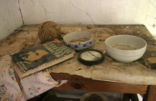 В една от стаите на най-старата къща още седят вещи по шкафовете. Снимки: авторът