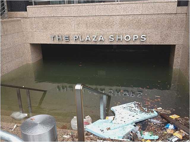 Наводнен подлез към метрото с магазини в долен Манхатън. Снимка: Любителски кадър от Фейсбук, Бизнес инсайдър