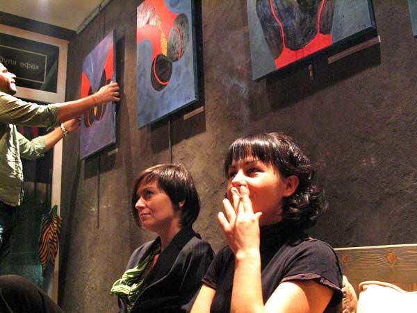 Някои от посетителите завъртаха картините наопаки, защото вагините стояха добре във всяка посока. Снимки: Георги Николов