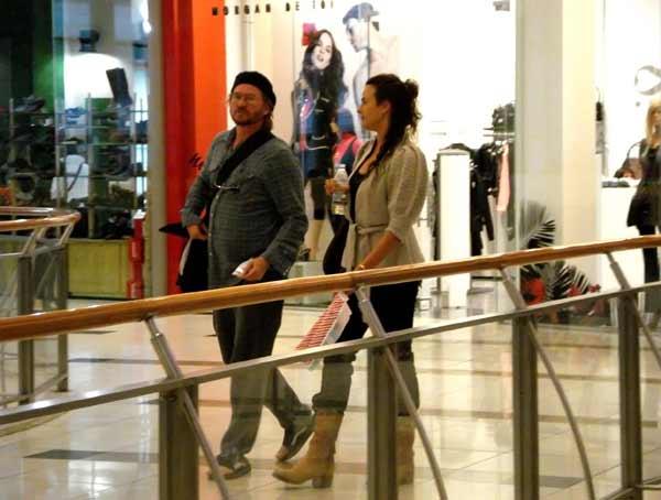 Вал Килмър пазарува в софийски мол, придружаван от преводачката си. Снимка: Булфото