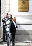 Вал Килмър в работни моменти от снимките на филма на входа на Съдебната палата. Снимка: Булфото
