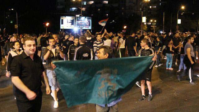 Моменти от шествието в понеделник вечерта във Варна, което мина през циганската махала и чупеше по пътя каквото може. Снимки: Импакт прес груп