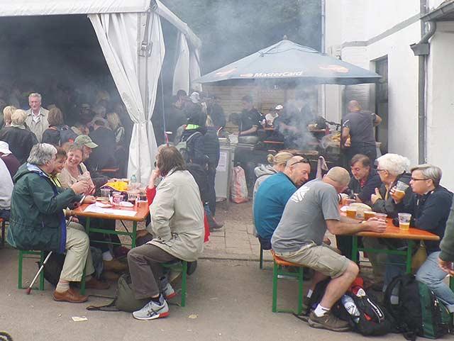 Полето на битката беше заобиколено с шатри, в които се изпиха забележителни количества бира. Снимки: Тихомир Шолев