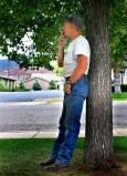 Мъж пуши пред заведение в градче на пътя в щата Юта. После влиза да си допие бирата. Снимка: Иван Бакалов