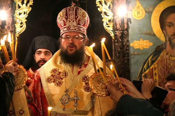 Новият игумен (от миналата година) на Троянския манастир Григорий излиза от олтара по време на великденската служба. Снимка: Иван Бакалов
