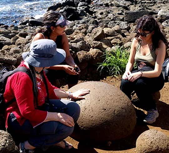 Тези кръгли камъни са любими на езотериците. Смятат ги за пъпа на света, носещи тайните на всемира, в които се пресичат всички енергийни линии на земята. Снимки: Николай Генов