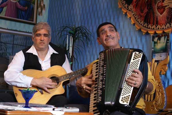 Венци свири на акордеон с брат си Трайчо. Снимки: Николай Григоров
