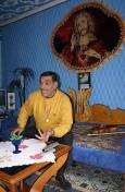 На стената зад Венци е окачен ковьор с лика на Исус Христос. Цигуларят си го е купил от Германия Снимки: Николай Григоров